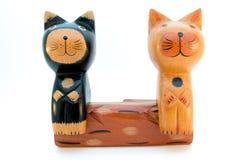 Δύο ξύλινες γάτες στον πάγκο Στοκ εικόνα με δικαίωμα ελεύθερης χρήσης