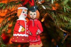 Δύο ξύλινες διακοσμήσεις Χριστουγέννων κρεμούν στα Χριστούγεννα TR στοκ φωτογραφία με δικαίωμα ελεύθερης χρήσης