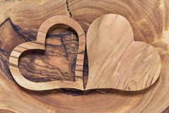 Δύο ξύλινες καρδιές σε ένα ξύλινο υπόβαθρο στοκ εικόνα