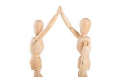Δύο ξύλινες μαριονέτες που ανταλλάσσουν υψηλές πέντε Στοκ Φωτογραφία