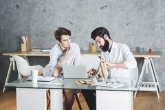 Δύο οι επιχειρηματίες που εργάζονται στο πρόγραμμα από κοινού Στοκ Εικόνες