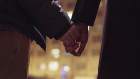 Δύο ομοφυλοφιλικοί τύποι κρατούν τη στάση χεριών μαζί έξω στην κρύα χειμερινή οδό φιλμ μικρού μήκους