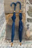 Δύο ομπρέλες ενάντια σε έναν τοίχο Στοκ Εικόνα