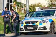 Δύο οπλισμένα μέλη της αστυνομίας της Νέας Ζηλανδίας μπροστά από ένα περιπολικό της Αστυνομίας Στοκ φωτογραφία με δικαίωμα ελεύθερης χρήσης
