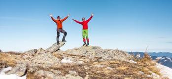 Δύο ορειβάτες πάνω από το βουνό στοκ φωτογραφία με δικαίωμα ελεύθερης χρήσης