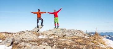 Δύο ορειβάτες στην κορυφή στοκ εικόνα