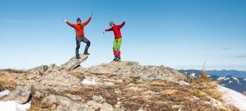 Δύο ορειβάτες στην κορυφή στοκ εικόνες με δικαίωμα ελεύθερης χρήσης
