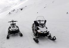 Δύο οχήματα για το χιόνι στα βουνά Στοκ Εικόνες