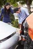 Δύο οδηγοί που επιθεωρούν τη ζημία μετά από το τροχαίο ατύχημα Στοκ φωτογραφία με δικαίωμα ελεύθερης χρήσης