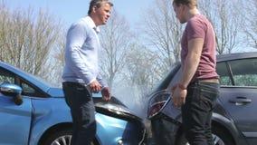 Δύο οδηγοί που υποστηρίζουν μετά από το τροχαίο ατύχημα απόθεμα βίντεο
