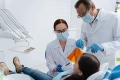 Δύο οδοντίατροι που φορούν τις αποστειρωμένες μάσκες στοκ φωτογραφίες με δικαίωμα ελεύθερης χρήσης