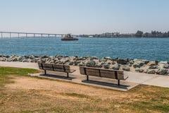 Δύο πάγκοι πάρκων στο νότο πάρκων Embarcadero στο Σαν Ντιέγκο στοκ εικόνα