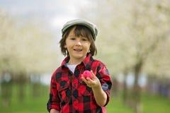 Δύο παιδιά, αδελφοί αγοριών, που έχουν τη διασκέδαση με τα αυγά Πάσχας στο π Στοκ Εικόνα
