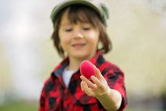 Δύο παιδιά, αδελφοί αγοριών, που έχουν τη διασκέδαση με τα αυγά Πάσχας στο π Στοκ εικόνες με δικαίωμα ελεύθερης χρήσης