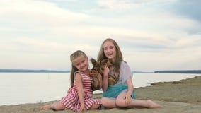 Δύο παιδιά κάνουν πατινάζ συνεδρίαση στην άμμο στην παραλία φιλμ μικρού μήκους