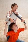 Δύο παιδιά με το lap-top Στοκ εικόνες με δικαίωμα ελεύθερης χρήσης
