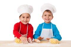Δύο παιδιά που ζυμώνουν τη ζύμη από κοινού Στοκ Εικόνες