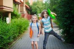 Δύο παιδιά έχουν τη διασκέδαση στον τρόπο στο σχολείο στοκ φωτογραφίες