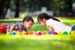 Δύο παιδιά βάζουν στην πράσινη χλόη Στοκ φωτογραφία με δικαίωμα ελεύθερης χρήσης