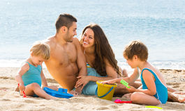 Δύο παιδιά και νέοι γονείς στοκ φωτογραφίες με δικαίωμα ελεύθερης χρήσης