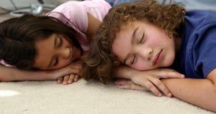Δύο παιδιά κοιμούνται στο πάτωμα φιλμ μικρού μήκους