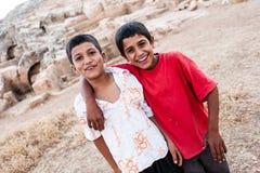 Δύο παιδιά Κούρδου που θέτουν για τη κάμερα Στοκ φωτογραφίες με δικαίωμα ελεύθερης χρήσης