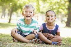 Δύο παιδιά που παίζουν μαζί στο πάρκο Στοκ Φωτογραφίες