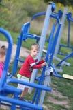 Δύο παιδιά που παίζουν στην εξωτερική γυμναστική στοκ φωτογραφία με δικαίωμα ελεύθερης χρήσης