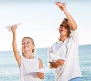Δύο παιδιά που παίζουν τα αεροπλάνα εγγράφου Στοκ φωτογραφία με δικαίωμα ελεύθερης χρήσης