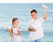 Δύο παιδιά που παίζουν τα αεροπλάνα εγγράφου Στοκ φωτογραφίες με δικαίωμα ελεύθερης χρήσης