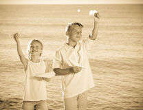 Δύο παιδιά που παίζουν τα αεροπλάνα εγγράφου Στοκ Φωτογραφίες