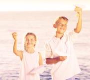 Δύο παιδιά που παίζουν τα αεροπλάνα εγγράφου Στοκ Εικόνα