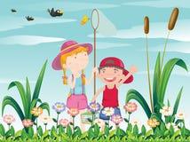 Δύο παιδιά που πιάνουν τις πεταλούδες ελεύθερη απεικόνιση δικαιώματος
