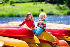 Δύο παιδιά στους σωρούς του καγιάκ στοκ φωτογραφία με δικαίωμα ελεύθερης χρήσης