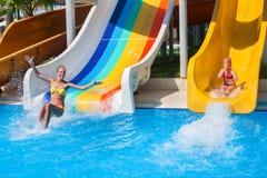 Δύο παιδιά στο νερό γλιστρούν στο aquapark Στοκ Εικόνες