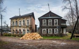 Δύο παλαιά ξύλινα σπίτια Στοκ φωτογραφία με δικαίωμα ελεύθερης χρήσης