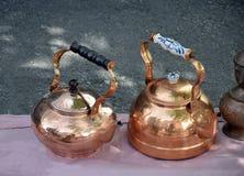 Δύο παλαιά teapots χαλκού παζαριών Στοκ εικόνες με δικαίωμα ελεύθερης χρήσης