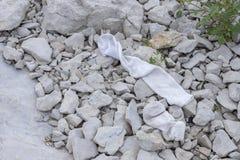 Δύο παλαιές κάλτσες που αφήνονται στην ακτή λιμνών στοκ φωτογραφίες με δικαίωμα ελεύθερης χρήσης