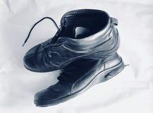 Δύο παλαιές μαύρες μπότες που απομονώνονται στο λευκό Στοκ εικόνες με δικαίωμα ελεύθερης χρήσης