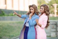 Δύο πανέμορφες επιχειρησιακές γυναίκες που στέκονται και που κοιτάζουν κάπου Στοκ Φωτογραφία