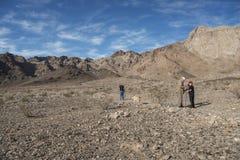 Δύο παππούδες που εξερευνούν για τα απολιθώματα με τον εγγονό και το Λαμπραντόρ Στοκ Εικόνες