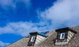 Δύο παράθυρα και στέγη σοφιτών στοκ φωτογραφίες με δικαίωμα ελεύθερης χρήσης