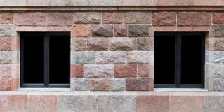Δύο παράθυρα στον τοίχο γρανίτη Στοκ Εικόνα