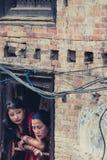 Δύο παραδοσιακές γυναίκες σε Bhaktapur Στοκ εικόνα με δικαίωμα ελεύθερης χρήσης