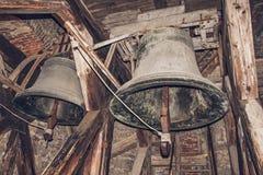 Δύο παλαιά κουδούνια εκκλησιών στο σκοτάδι καμπαναριών Στοκ εικόνα με δικαίωμα ελεύθερης χρήσης