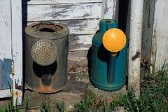 Δύο παλαιά δοχεία ποτίσματος - το πότισμα γκρι χάλυβα μετάλλων μπορεί και plasti Στοκ φωτογραφία με δικαίωμα ελεύθερης χρήσης