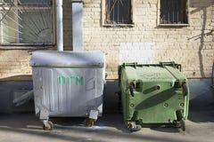 Δύο παλαιά dumpsters μετάλλων στο ναυπηγείο του κατοικημένου κτηρίου Στοκ Εικόνες