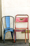 Δύο παλαιές μεταλλικές σκουριασμένες καρέκλες στοκ εικόνες
