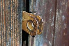 Δύο παλαιές σκουριασμένες οπές χάλυβα μετάλλων για το λουκέτο στην ξύλινη πόρτα clo Στοκ εικόνες με δικαίωμα ελεύθερης χρήσης