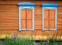Δύο περίκομψα ξύλινα παράθυρα Στοκ Εικόνα